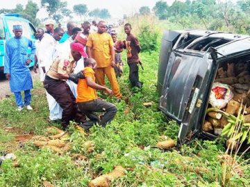 2018_5large_an_accident_victim_being_assisted_by_frsc_officials1051756859..jpg