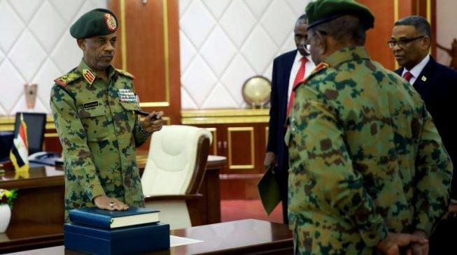 Jagoran juyin mulkin kasar Sudan ya sauka daga  mukaminsa